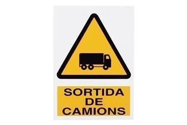 Comprar SEÑAL POLIESTIRENO 297X210 MM Perill Sortida Camions COF-CAT-A23PL297210 en Ferretería el Clavo.